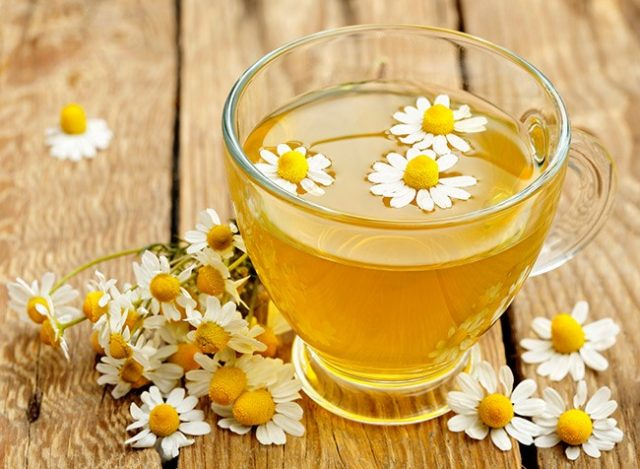 Uống trà hoa cúc