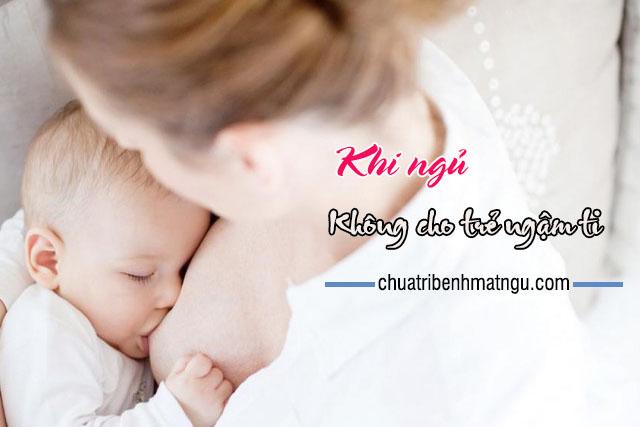 không cho trẻ ngậm ti khi ngủ