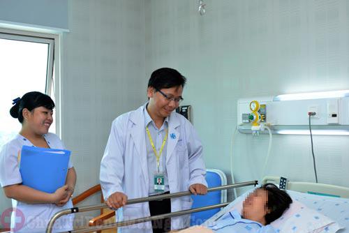 Bác sĩ Nguyễn Minh Anh đang khám bệnh cho bệnh nhân