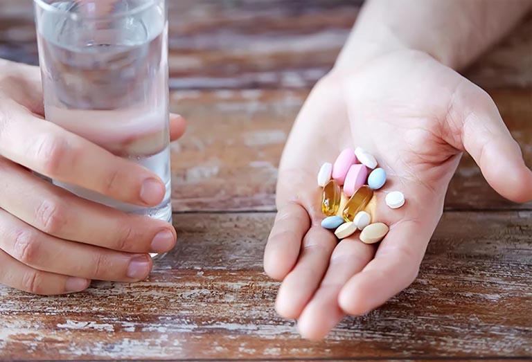Người bệnh sử dụng thuốc Tây cần chú ý tới tác dụng phụ của thuốc