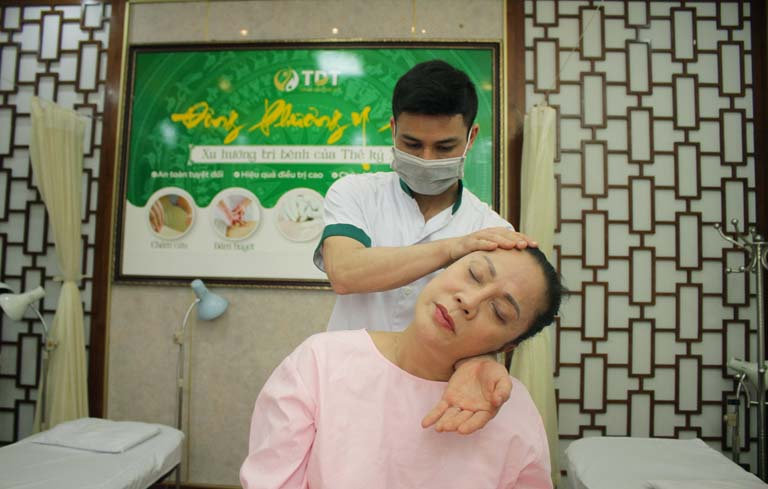 Nghệ sĩ Hương Dung điều trị mất ngủ tại Đông phương Y pháp